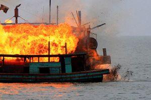 4 ngư dân nhảy xuống biển khi tàu cá bốc cháy