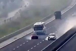 Hai ôtô va chạm như phim trên cao tốc được chú ý nhất tuần