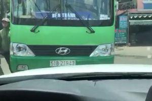 Xế hộp quyết 'đối đầu' xe buýt chạy ẩu, lấn làn