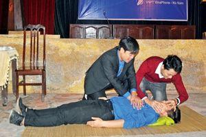 Thanh niên xung kích ứng cứu nạn nhân TNGT trên QL1