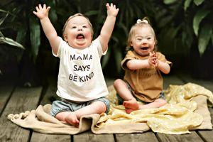Tình bạn đáng yêu của hai em bé mắc hội chứng Down