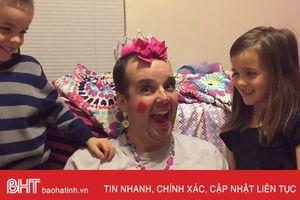 Cười nghiêng ngả hình ảnh các ông bố làm mẫu make up cho con gái