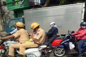 Xúc động trước việc CSGT dùng mô tô đưa cháu bé 1 tuổi đi cấp cứu