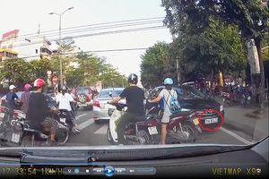 Giờ cao điểm, lái xe ô tô ngang nhiên đi ngược chiều ở đường Nguyễn Khánh Toàn