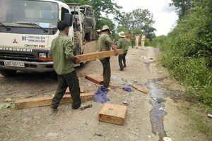 Đình chỉ 4 cán bộ liên quan vụ xe chở gỗ bị lật làm 2 người chết