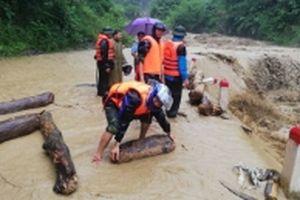 Bộ đội biên phòng giúp bà con dân tộc thiểu số khắc phục hậu quả mưa lũ
