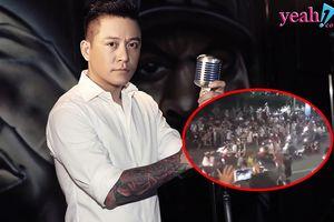 Vừa bế con trai vừa hát live trên ban công, Tuấn Hưng cũng khiến đường phố tắc nghẽn vì khán giả đứng xem chật kín