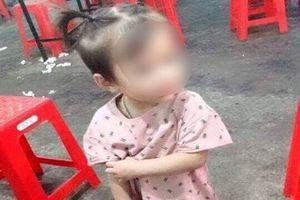 Bé gái 2 tuổi mất tích khi chơi ở sân nhà