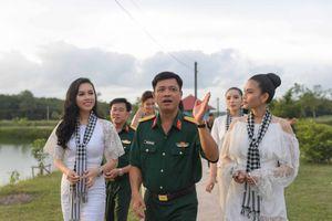 Á hậu Trương Thị May, Hoàng My thích thú với vườn rau, ao cá tăng gia của chiến sĩ Tây Ninh