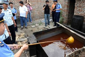 Sữa nhái, dầu cống rãnh và những bê bối gây chấn động Trung Quốc
