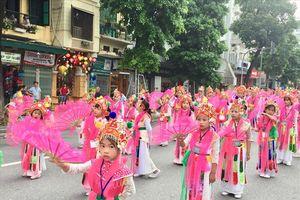 Người Hà Nội thích thú với lễ hội đường phố với 5.000 người tham gia trình diễn