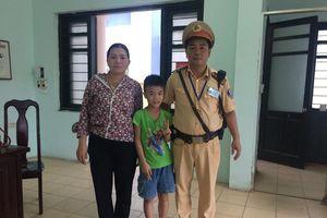 Hà Nội: Bé trai bị lạc được CSGT giúp đoàn tụ gia đình