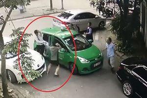 Khởi tố chủ xe Mercedes cầm gạch đánh chảy máu đầu tài xế taxi ở Cầu Diễn