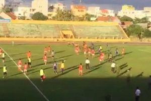Cầu thủ Quốc Tuấn bị cấm thi đấu vĩnh viễn vì rượt đánh trọng tài trên sân