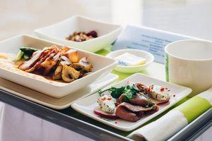 11 yếu tố khiến bữa ăn trên máy bay mất ngon mà bạn không ngờ tới