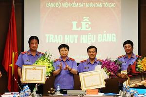 Trao tặng Huy hiệu Đảng và triển khai công tác Đảng 6 tháng cuối năm 2018