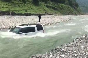 Tiếc 70 nghìn, người đàn ông đem xe 3 tỷ ra sông tự rửa để rồi gặp hạn