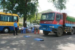 Xử phạt 6 mỏ vật liệu xếp hàng vượt tải trọng xe