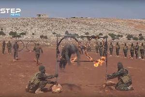 Xem quân nổi dậy Syria tay không đập đá, băng mình qua vòng tròn lửa