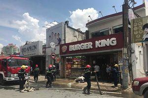 Cháy dữ dội ở Burger King, nhiều người hoảng loạn tháo chạy