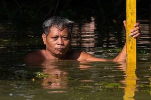 Người dân Hà Nội cam chịu sống chung với cảnh ngập lụt kéo dài