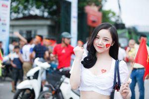 Dàn CĐV xinh đẹp đợi nhiều giờ trước trận ra quân U23 Việt Nam