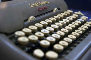 Cả thành phố phải dùng máy đánh chữ vì máy tính bị 'bắt cóc'