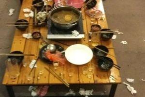 Ỷ có nhân viên phục vụ, khách để bàn ăn lộn xộn như bãi rác sau khi ăn khiến ai cũng phát khiếp