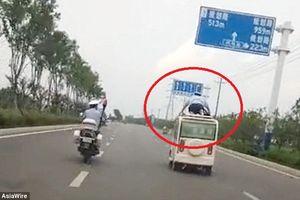 Cảnh sát bám nóc xe để bắt ô tô phạm luật như phim hành động