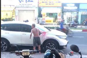 Cư dân mạng bất bình thấy cụ già hất sơn đỏ lên ôtô