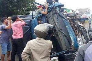 Xe tải tông xe ô tô, tài xế gãy chân mắc kẹt trong cabin
