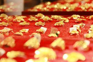 Giá vàng giảm gần 100.000 đồng/lượng, giá USD đi lên