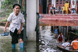 Sống chung với lũ ở Hà Nội: Người lớn ngao ngán, trẻ con thích thú bơi thuyền