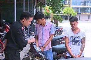 Bắt kẻ truy nã đang lận hung khí đi trộm
