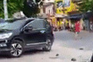 Người đàn ông đập phá ôtô trước trụ sở ngân hàng