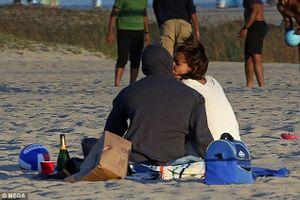Katie Holmes và Jamie Foxx ôm hôn và âu yếm trên bãi biển, xóa tin đồn chia tay