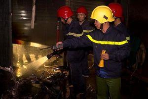 Cháy nhà trong đêm, 5 người trong gia đình mắc kẹt trên tầng 2