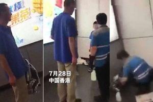 Giáo viên để học sinh vô tư 'đi nặng' trên sàn ga tàu điện ngầm