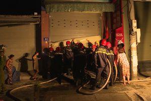 Cảnh sát giải cứu 5 người trong căn nhà 2 tầng bốc cháy