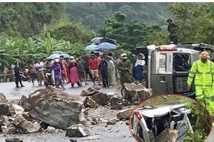 Đang đi trên đường, ô tô 16 chỗ bị đá trên núi rơi trúng, nhiều người bị thương