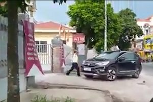 Mâu thuẫn cá nhân, bảo vệ ngân hàng dùng hung khí đập phá xe ô tô