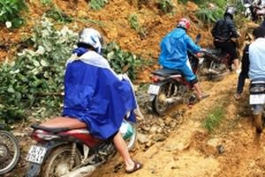 Ngập úng và sạt lở làm ách tắc quốc lộ 4 ở Lào Cai