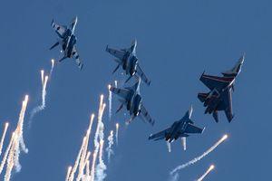 Video chiến cơ, trực thăng Nga nhào lộn trên không