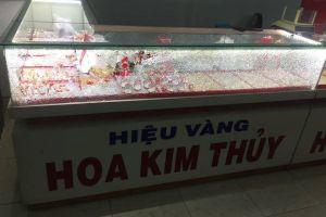 Quảng Nam: Liên tiếp xảy ra nhiều vụ dùng búa đập tủ tiệm vàng