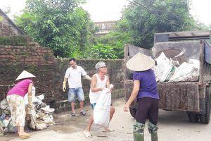 Nước tiếp tục rút, người dân vất vả dọn rác