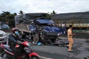 Ô tô tải tông xe khách, tài xế và phụ xe kẹt trong cabin