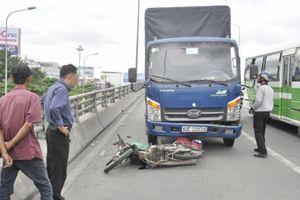 Xe tải va chạm xe máy 2 vợ chồng thương vong trên cầu vượt