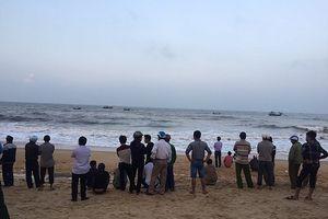 Tắm biển bị sóng cuốn, 2 du khách tử vong