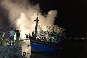 Tàu cá tiền tỷ bốc cháy khi chuẩn bị ra khơi