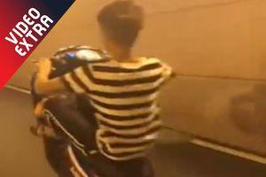 Người đàn ông bốc đầu xe ngã nhào ra đường